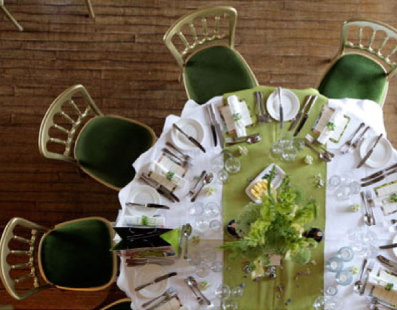 Obrus na okrągły stół, jak ubrać okragły stół na ślub, inspiracje dekoracji stołów ślubnych