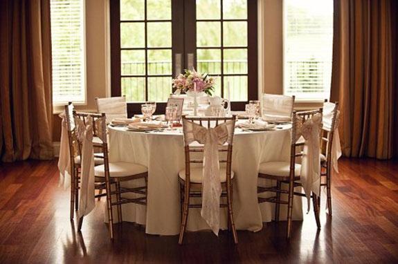 dekoracja okrągłych stołów ślubnych, kokarda na krzesło do stołu weselnego, różowa kokarda na krześle, dekoracja krzeseł na ślub