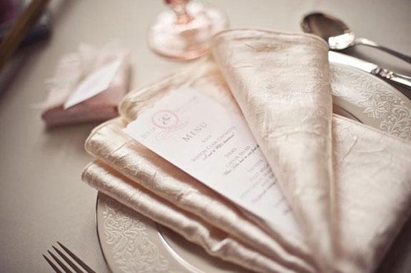 różowa chusteczka, jedwabna chusteczka, eleganckie menu, różowe kieliszki
