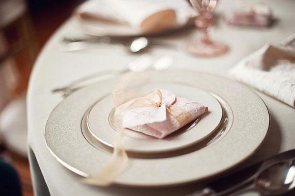 prezent dla gości, różowy jedwab, dekoracja okragłego stołu ślubnego