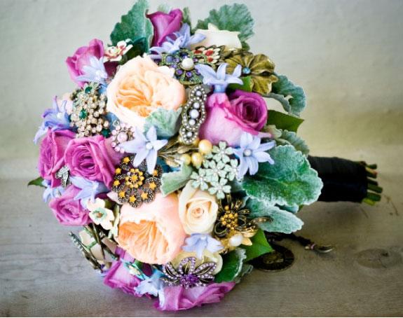 Bukiet ślubny z broszek i róż