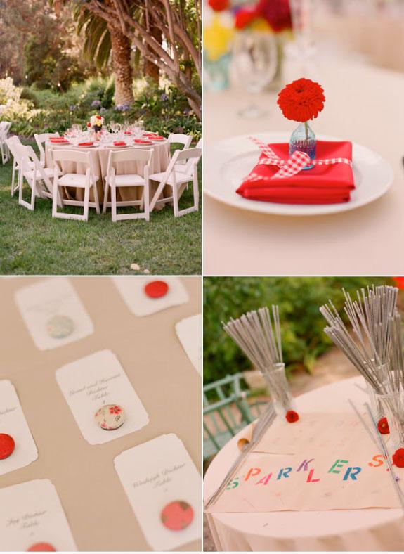 Okrągły stół weselny udekorowany w tonacji czerwono niebieskiej