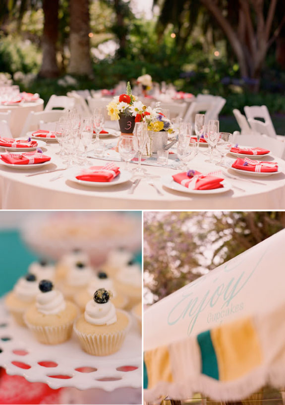 Czerwono niebeskie dekoracje na stołach ślubnych