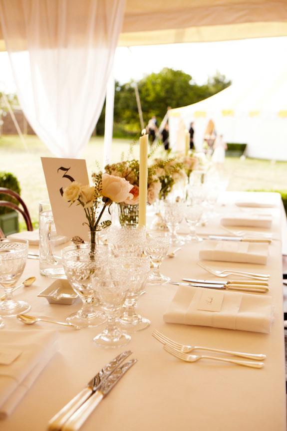 Dekoracja stołu weselnego, kryształowe kieliszki i świece