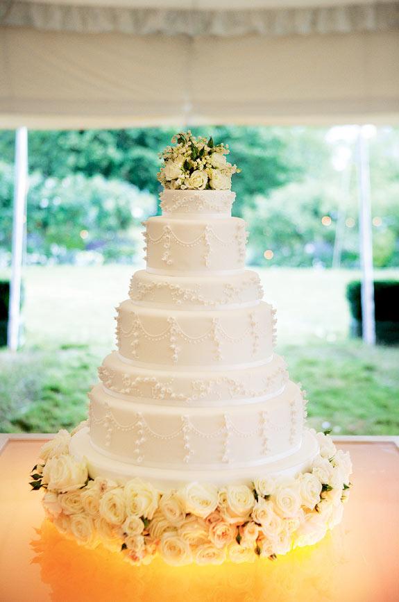 Biały wielopoziomowy tort weselny