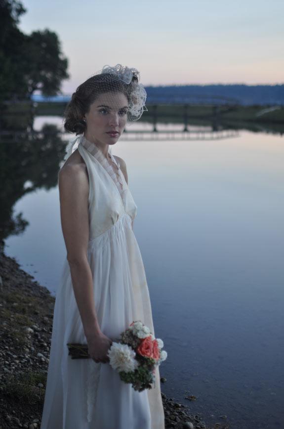 Panna Młoda z bukietem ślubnym nad jeziorem