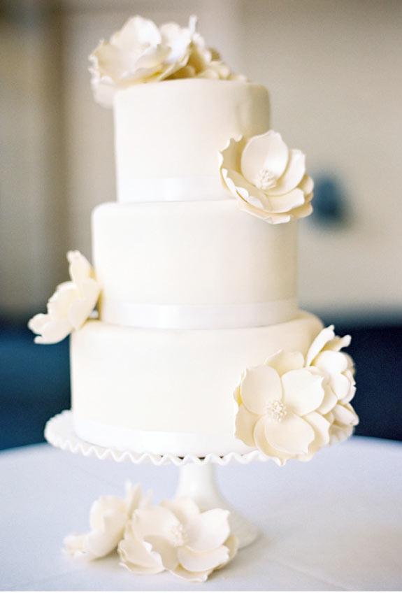 Biały Tort Weselny Zdobiony Różami