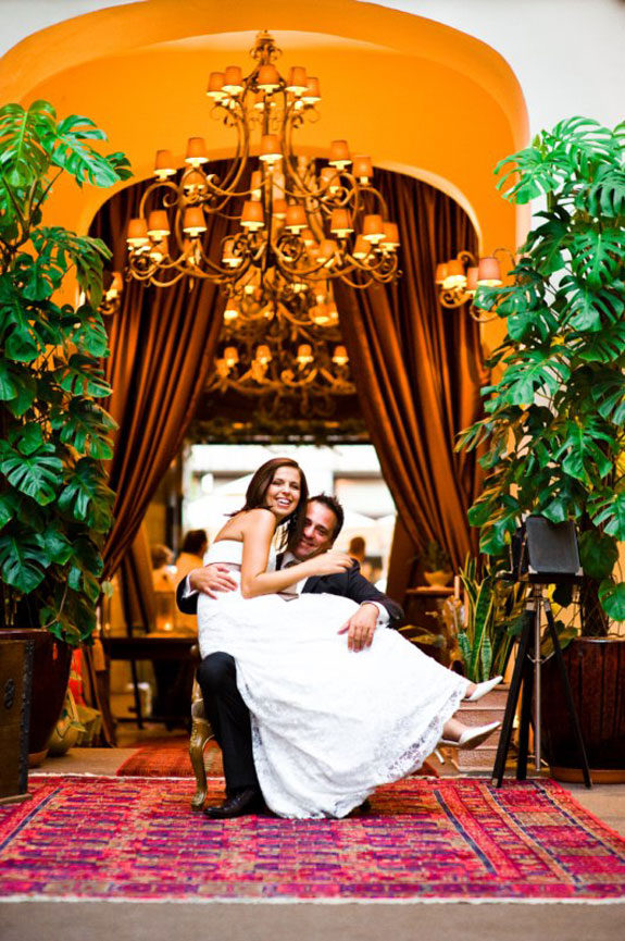 Piękne Zdjęcia Pary Młodej w Holu Hotelu