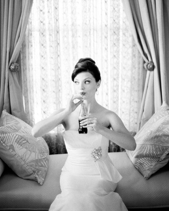 Panna Młoda w Eleganckiej Sukni Ślubnej w Stylu Audrey Hepburn