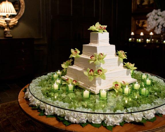 Piętrowy Biały Tort Udekorowany Zielonymi Kwiatami
