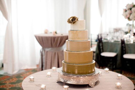 Tort Ślubny w Odcieniach Koloru Brzoskwiniowego