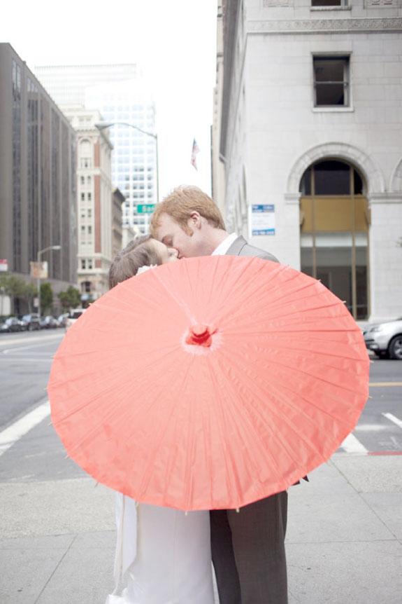 Całująca się para młoda na ulicy