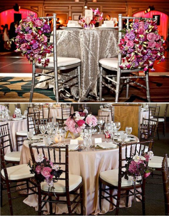 Krzesła udekorowane świeżymi kwiatami na weselu