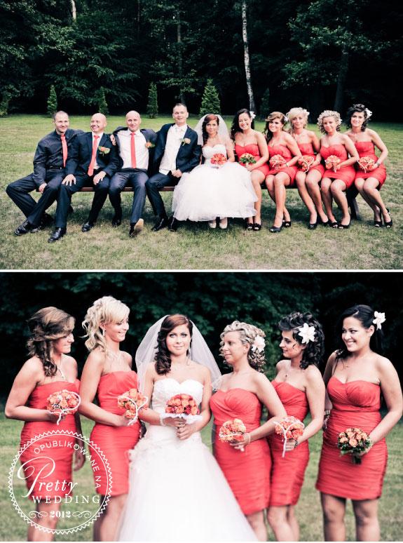 Jednolite czerwone sukienki druhen i czerwone krawaty drużby Pana Młodego