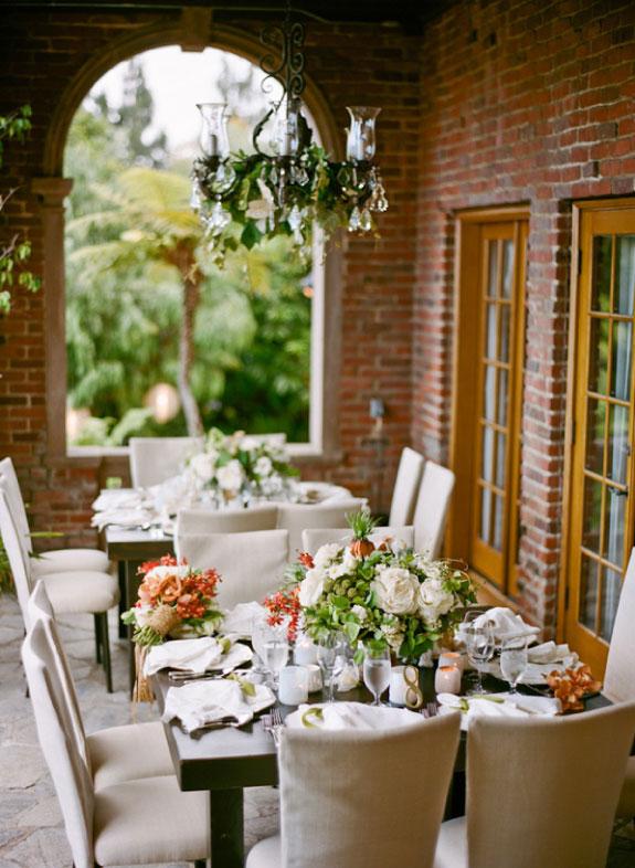 Przepiękna biała dekoracja na prostokątnych stołach