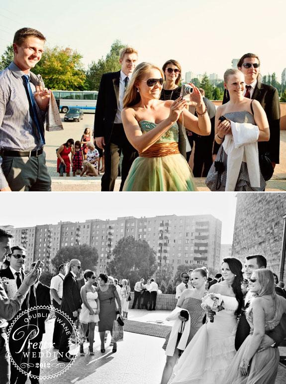 Zdjęcia gości weselnych przed kościołem
