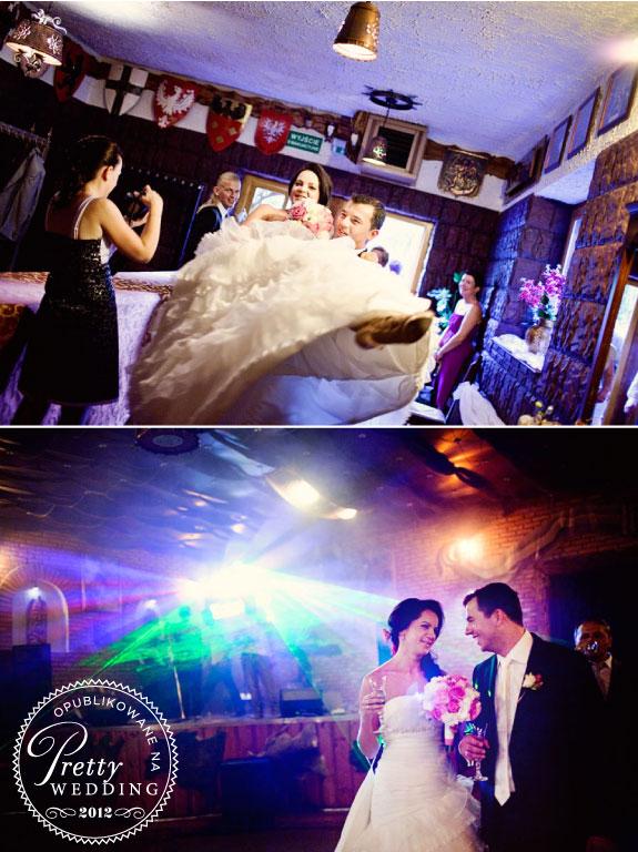 Pan młody wnosi Panią młodą do lokalu weselnego