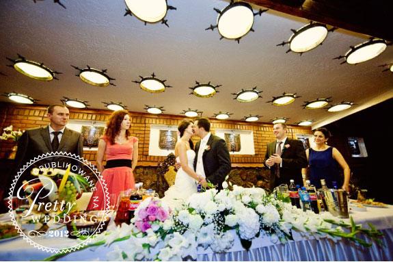 Pocałunek przy stole weselnym