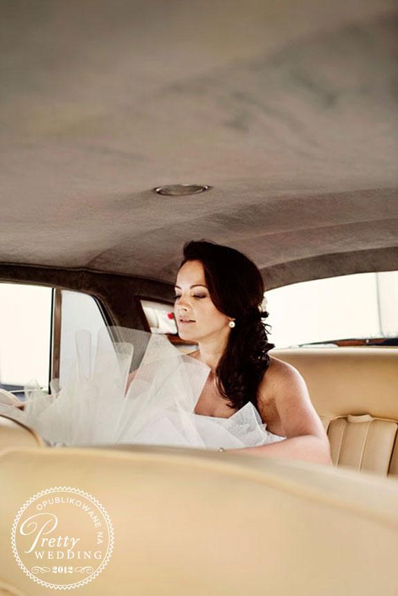 Panna Młoda - zdjęcie w samochodzie