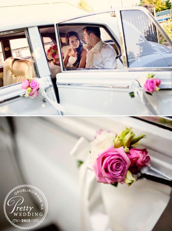 Samochód udekorowany do ślubu biało fioletowymi kwiatami