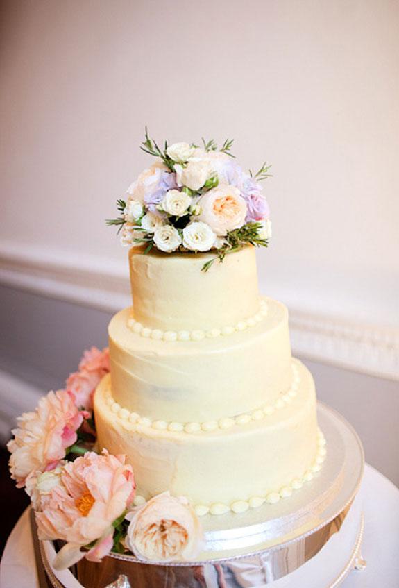 piętrowy tort w kolorze morelowym udekorowany kwiatami
