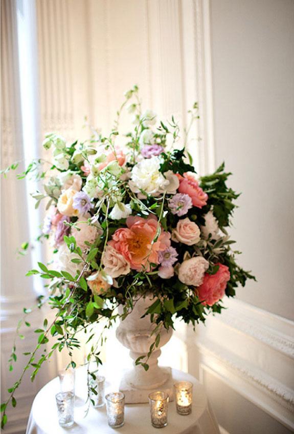 Piękne dekoracje wkatowe z koralowych piwoni oraz białych i fioletowych kwiatów