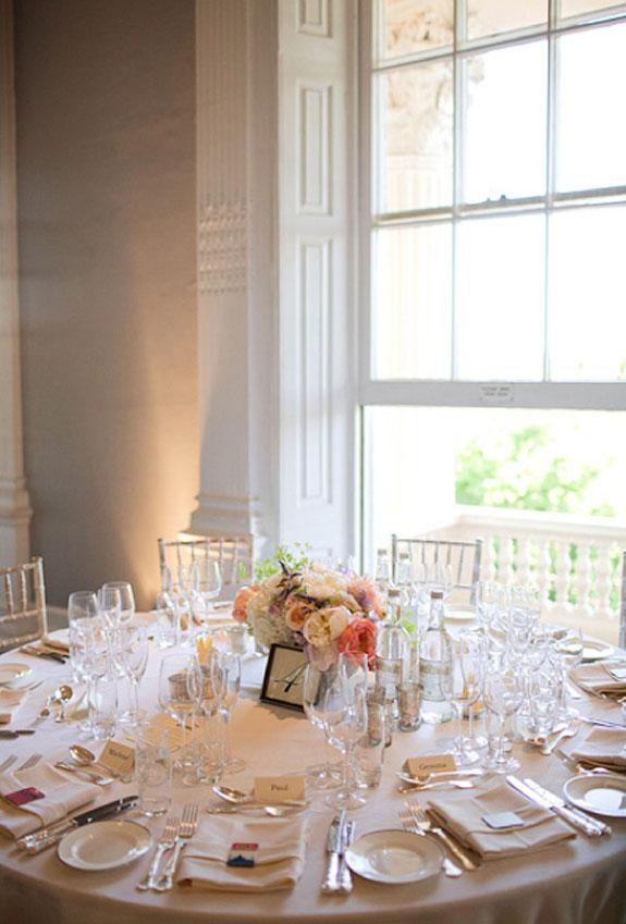 Elegancka dekoracja okrągłych stołów
