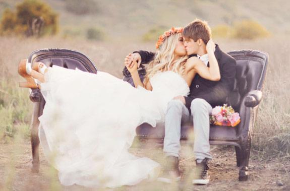 Stylizowane zdjęcie ślubne w plenerze na łące