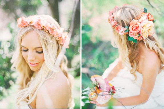 panna młoda z wiankiem we włosach na ślubie latem