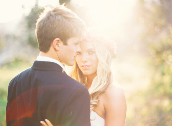 zdjęcie pary młodej w promieniach słońca