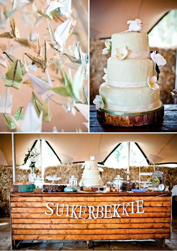 Biały piętrowy zdobiony tort i wiszące papierowe ptaszki