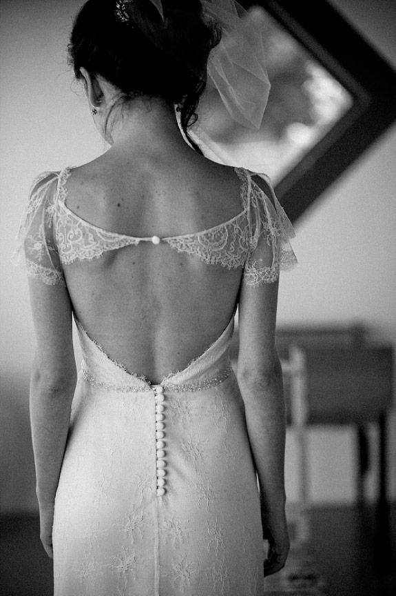 Koronki w suknie ślubnej, ptaszek w butonierce