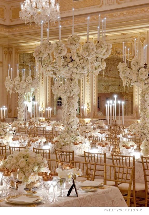 Niezwykła i ekstrawagancka dekoracja lokalu weselnego z białych kwiatów