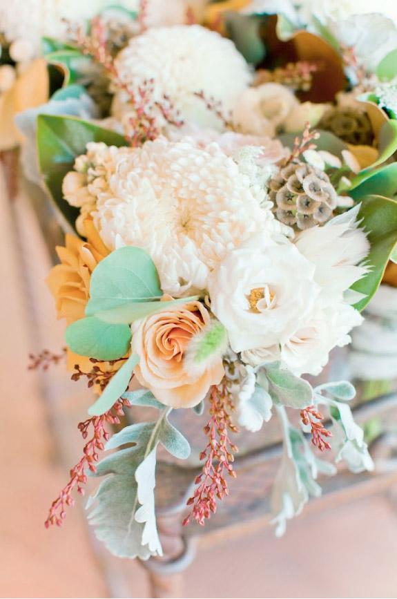 Piekny pastelowy, pomarańczowo biały bukiet ślubny z chryzantemami