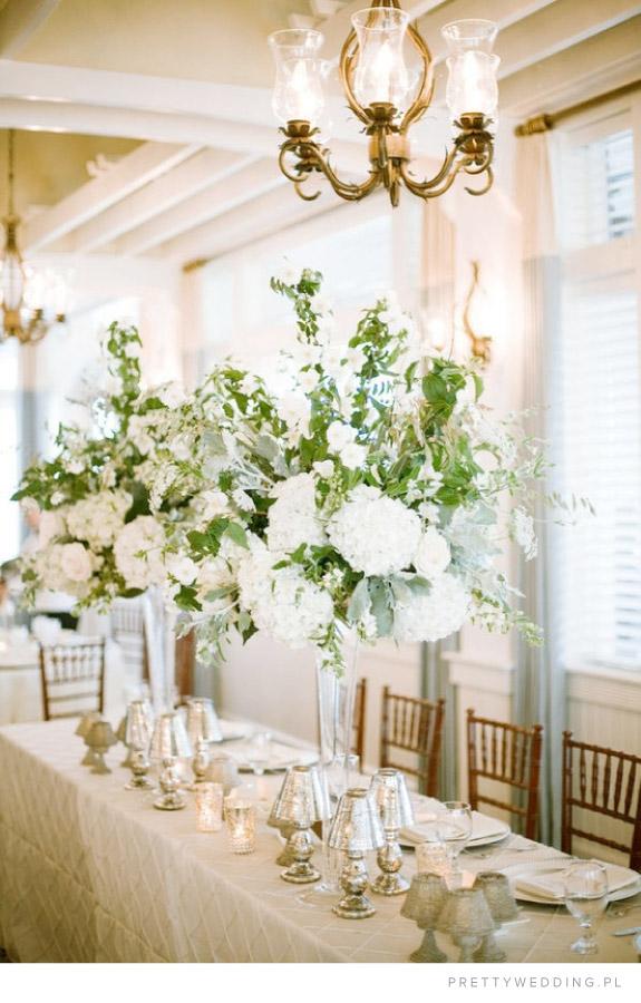 Inpiracja na ustrojenie podłużnych stołów biało zielonymi bukietami