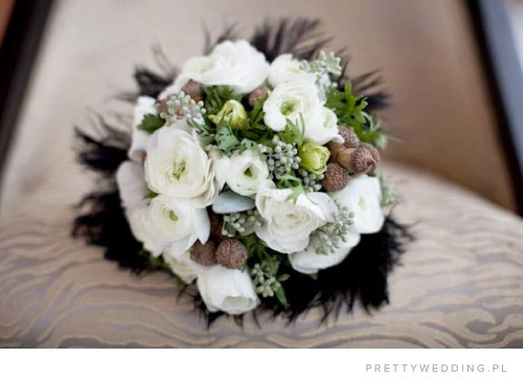 Żołędzie i białe kwiaty w bukiecie