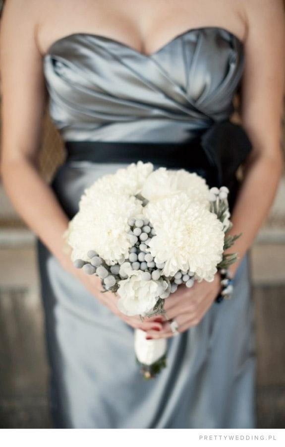Białe chryzantemy w bukiecie ślubnym