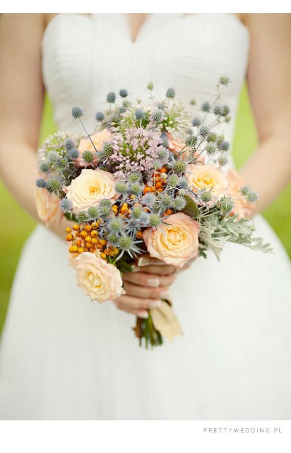 Jasnożółte róże w jesiennym bukiecie