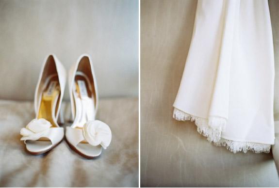 Biała prosta suknia ślubne i piękne buty