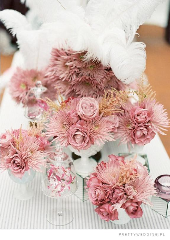 Różowe kwiaty chryzantem na stołach weselnych