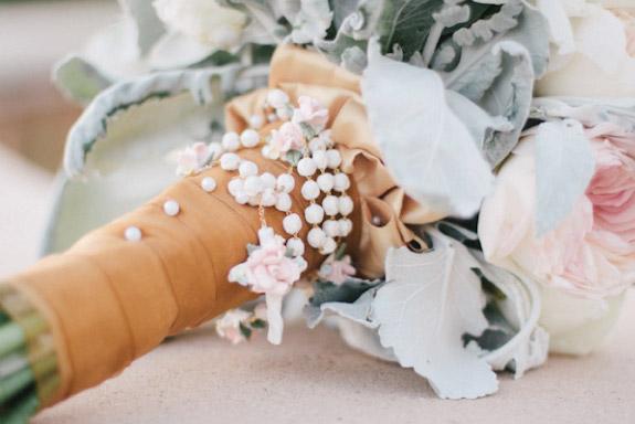 Bukiet ślubny opleciony różańcem