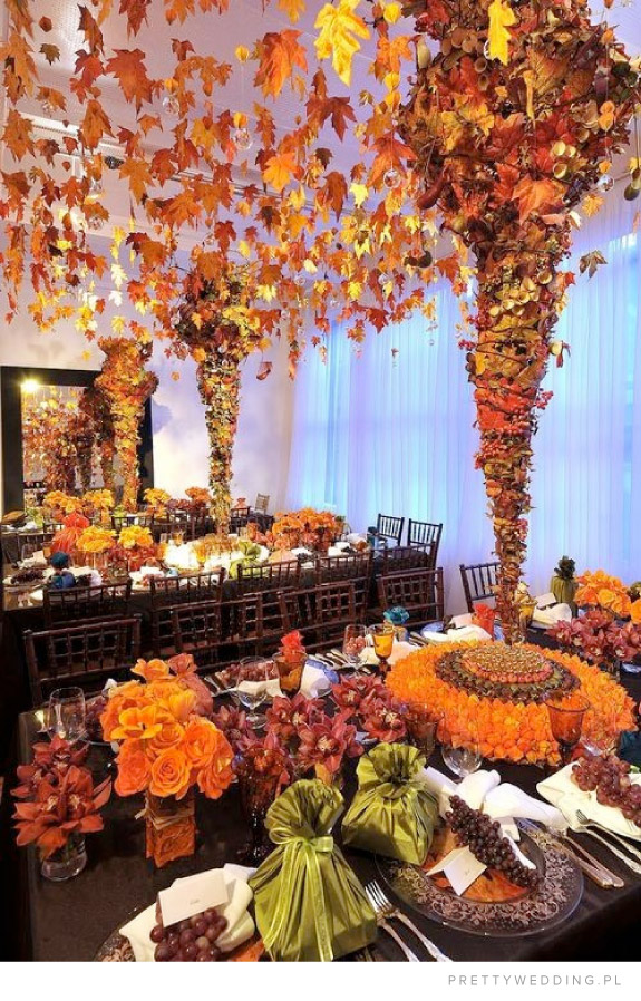 Jesienna dekoracja stołów i sali weselnych z liści w złotym kolorze