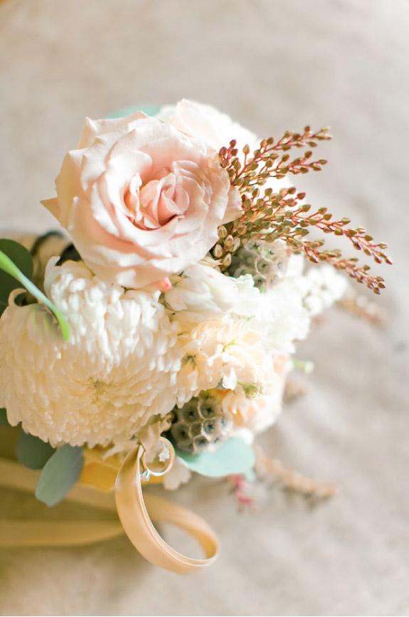 Bukiet do ślubu z chryzantem i róż