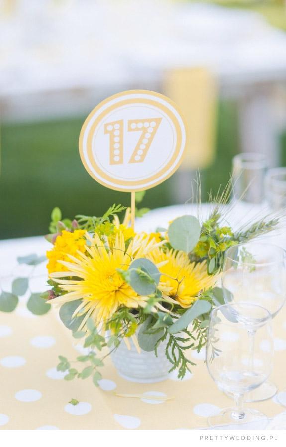 Delikatna stylizacja kwiatowa na stole
