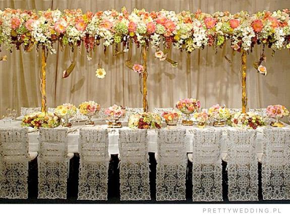 Wiosenne kolorowe bukiety na stołach weselnych