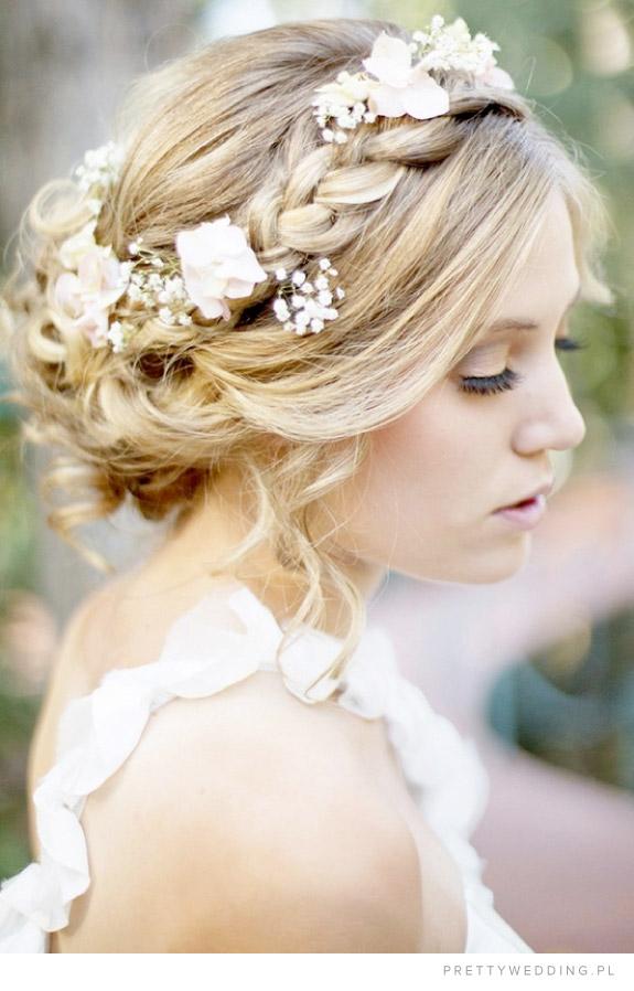 Warkocze i żywe kwiaty we włosach we fryzurze ślubnej