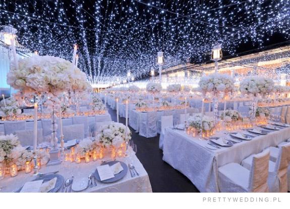 Biało niebieski wystrój sali na ślub zimą