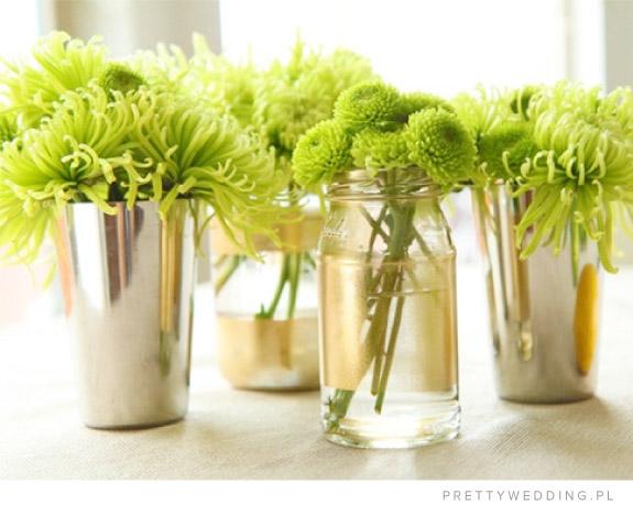 Zielone kwiaty w słoikach na stołach weselnych