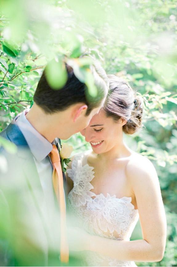 Romantyczne zdjęcie pary młodej między drzewami