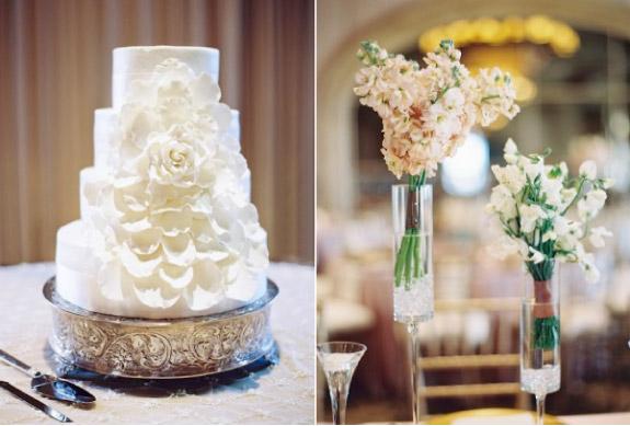 Tort weselny z płatkami kwiatów w kolorze białym